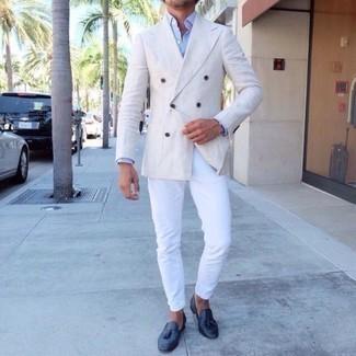 Comment porter un blazer croisé blanc: Pense à associer un blazer croisé blanc avec un pantalon chino blanc pour un look idéal au travail. Opte pour une paire de des mocassins à pampilles en cuir bleu marine pour afficher ton expertise vestimentaire.