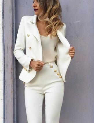 Comment porter: blazer croisé blanc, débardeur en soie blanc, pantalon slim blanc