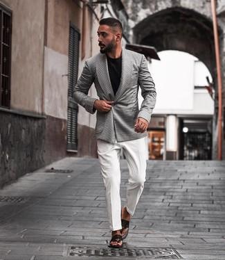 Comment porter: blazer croisé en pied-de-poule blanc et noir, chemise de ville blanche, t-shirt à col rond noir, tongs en cuir noires