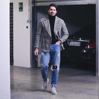 Comment porter: blazer croisé en pied-de-poule blanc et noir, pull à col roulé noir, jean déchiré bleu, chaussures de sport blanches et noires