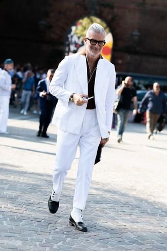 Comment porter: blazer croisé blanc, polo noir, pantalon de costume blanc, bottes habillées en cuir noires et blanches