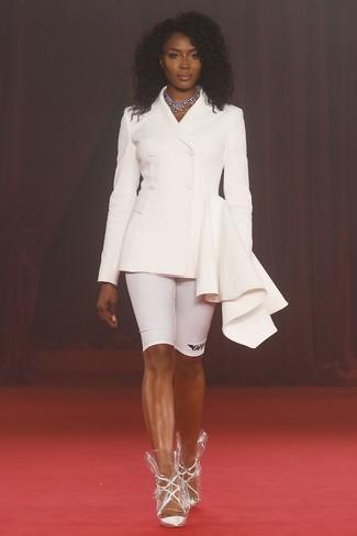 Comment porter: blazer croisé blanc, short cycliste blanc, escarpins en cuir blancs, collier argenté