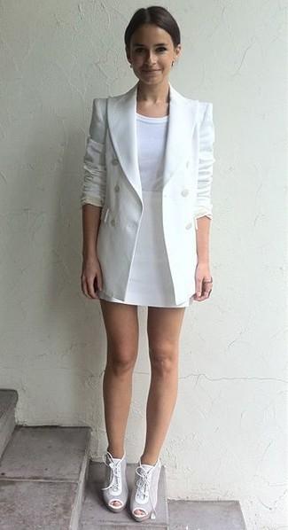 Tenue de Miroslava Duma: Blazer croisé blanc, T-shirt à col rond blanc, Minijupe blanche, Bottines à lacets en cuir blanches