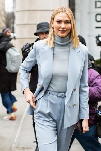 Comment porter un pantalon carotte bleu clair: Essaie de marier un blazer croisé bleu clair avec un pantalon carotte bleu clair pour une tenue confortable aussi composée avec goût.