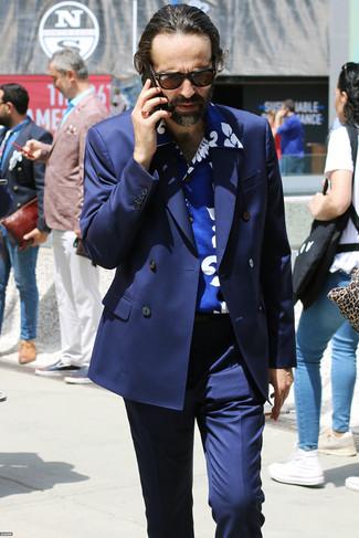 Comment porter: blazer croisé bleu marine, chemise à manches courtes imprimée bleue, pantalon de costume bleu marine, lunettes de soleil marron foncé