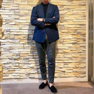 Comment porter: blazer croisé bleu marine, chemise à manches courtes noire, pantalon chino gris foncé, mocassins à pampilles en daim noirs