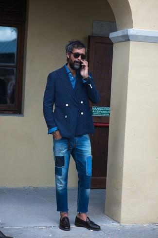 Comment porter: blazer croisé bleu marine, chemise à manches longues bleue, jean à patchwork bleu, mocassins à pampilles en cuir noirs