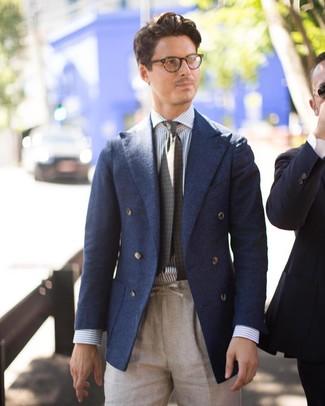 Comment porter: blazer croisé en laine bleu marine, chemise de ville à rayures verticales blanc et bleu, pantalon de costume en lin beige, cravate imprimée olive