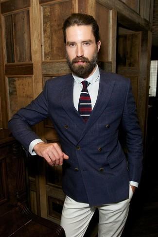 Comment porter: blazer croisé à carreaux bleu marine, chemise de ville blanche, pantalon chino beige, cravate en laine à rayures horizontales blanc et rouge et bleu marine