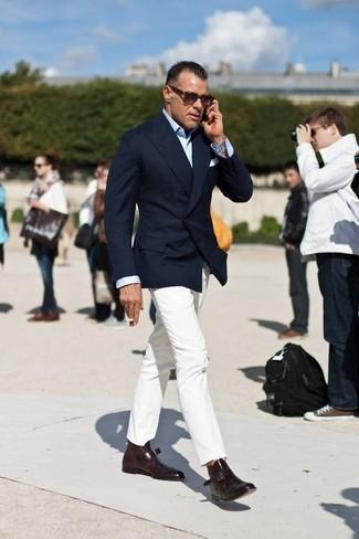 Comment porter: blazer croisé bleu marine, chemise de ville bleu clair, pantalon chino blanc, double monks en cuir marron foncé