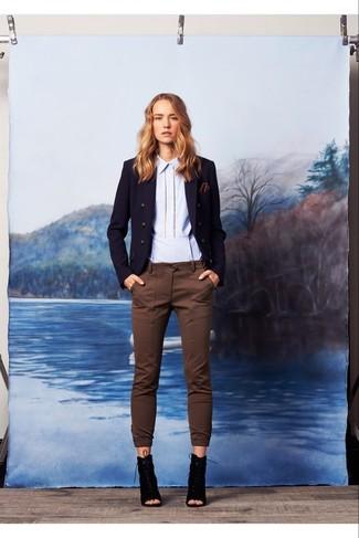 Comment porter: blazer croisé bleu marine, chemise de ville bleu clair, pantalon slim marron, bottines à lacets en daim découpées noires