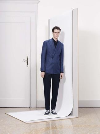 Comment porter: blazer croisé bleu marine, chemise de ville noire, pantalon de costume noir, baskets basses en cuir bleu marine