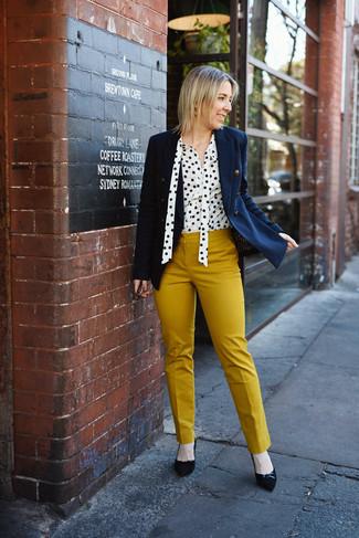 Comment porter: blazer croisé bleu marine, chemisier boutonné á pois blanc et noir, pantalon slim moutarde, escarpins en daim noirs