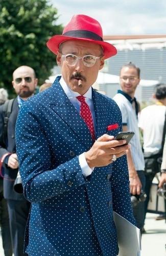 Comment porter: blazer croisé á pois bleu marine et blanc, chemise de ville blanche, chapeau rouge, pochette de costume á pois rouge