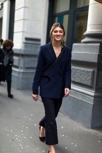 Comment porter: blazer croisé bleu marine, pantalon flare noir, escarpins en daim bordeaux, boucles d'oreilles dorées