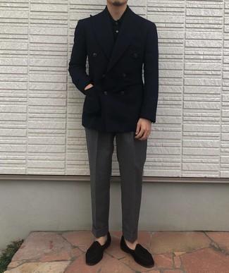 Tendances mode hommes: Opte pour un blazer croisé bleu marine avec un pantalon de costume gris foncé pour un look pointu et élégant. Jouez la carte décontractée pour les chaussures et assortis cette tenue avec une paire de mocassins à pampilles en velours noirs.