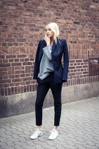 Comment porter: blazer croisé bleu marine, pull à col rond gris, pantalon slim noir, baskets basses blanc et vert