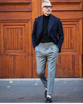 Comment porter: blazer croisé bleu marine, pull à col roulé noir, pantalon de costume en laine gris, mocassins à pampilles en cuir noirs