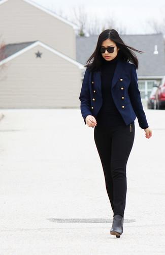 Comment porter: blazer croisé bleu marine, pull à col roulé noir, pantalon slim noir, bottines en cuir noires