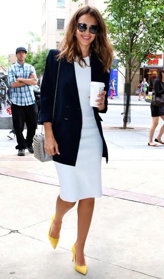 Comment porter: blazer croisé bleu marine, robe fourreau blanche, escarpins en cuir jaunes, sac bandoulière en cuir gris