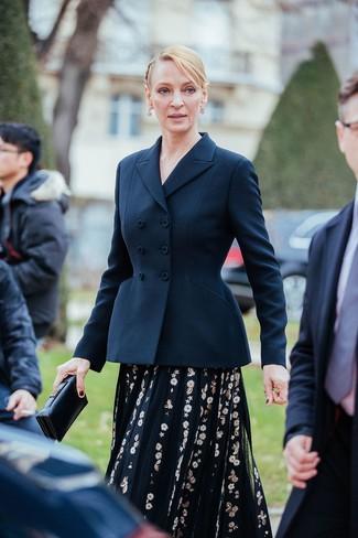 Comment porter: blazer croisé bleu marine, robe midi de tulle brodée noire, pochette en cuir noire