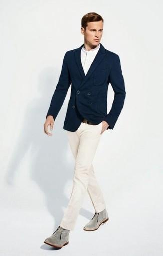 Tenue  Blazer croisé bleu marine, T-shirt à col boutonné blanc, Pantalon de costume  blanc, Bottines chukka en daim grises   Mode hommes   Lookastic France 6ceeba40b80