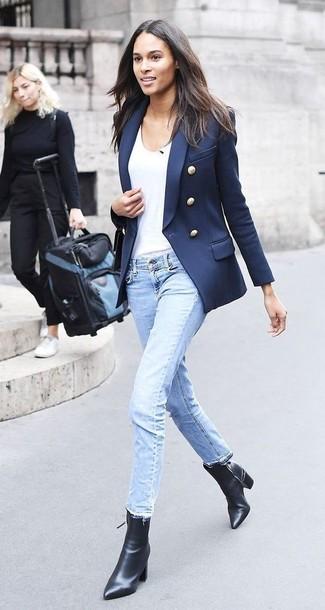 Comment porter: blazer croisé bleu marine, t-shirt à col rond blanc, jean bleu clair, bottines en cuir noires