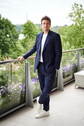 Comment porter: blazer croisé à rayures verticales bleu marine, t-shirt à col rond blanc, pantalon de costume à rayures verticales bleu marine, baskets basses en cuir blanches