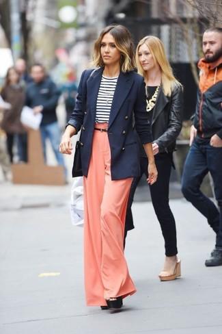 Comment porter: blazer croisé bleu marine, t-shirt à manche longue à rayures horizontales blanc et bleu marine, pantalon large orange, sandales à talons en cuir épaisses noires