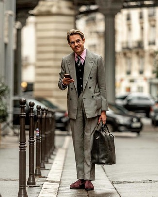 Comment porter: blazer croisé gris, cardigan noir, chemise de ville rose, pantalon de costume gris