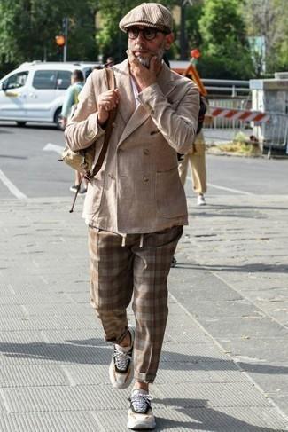 Comment s'habiller au printemps: Essaie d'harmoniser un blazer croisé marron clair avec un pantalon chino écossais marron pour aller au bureau. Tu veux y aller doucement avec les chaussures? Complète cet ensemble avec une paire de chaussures de sport blanches et noires pour la journée. On adore ce look, tellement printanière.