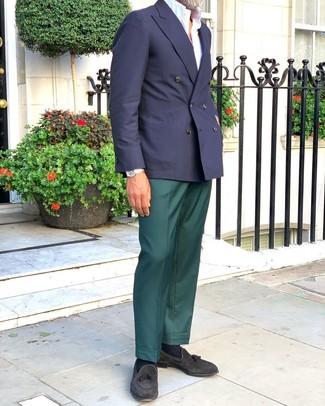 Comment porter un pantalon de costume vert foncé: Sois au sommet de ta classe en portant un blazer croisé bleu marine et un pantalon de costume vert foncé. Tu veux y aller doucement avec les chaussures? Opte pour une paire de des mocassins à pampilles en daim noirs pour la journée.