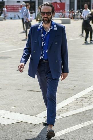 Comment porter un pantalon de costume bleu marine: Essaie d'associer un blazer croisé bleu marine avec un pantalon de costume bleu marine pour un look pointu et élégant. Jouez la carte décontractée pour les chaussures et choisis une paire de des slippers en cuir noirs.