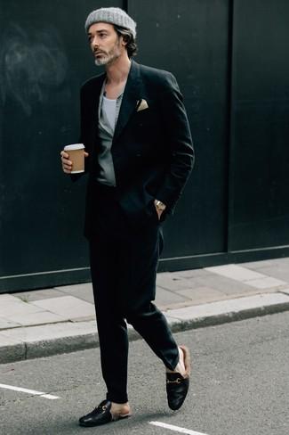 Comment porter un débardeur blanc: Essaie d'associer un débardeur blanc avec un pantalon de costume noir pour créer un look chic et décontracté. Ajoute une paire de des slippers en cuir noirs à ton look pour une amélioration instantanée de ton style.