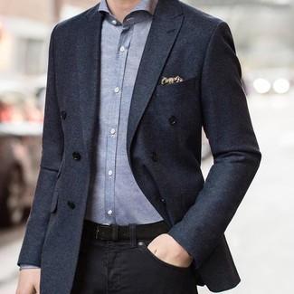 Comment porter: blazer croisé gris foncé, chemise à manches longues en chambray grise, jean noir, pochette de costume imprimée beige