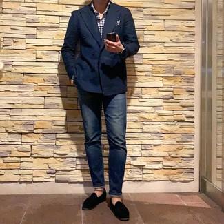 Comment porter: blazer croisé bleu marine, chemise à manches longues en vichy blanc et bleu marine, jean bleu marine, slippers en velours noirs