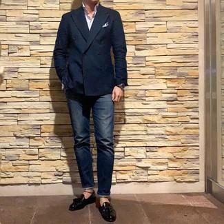 Comment porter: blazer croisé bleu marine, chemise à manches longues à rayures verticales blanche, jean bleu marine, mocassins à pampilles en cuir noirs