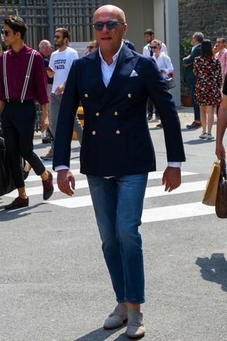 Comment porter un blazer croisé bleu marine: Marie un blazer croisé bleu marine avec un jean bleu marine pour achever un look habillé mais pas trop. Assortis cette tenue avec une paire de des double monks en daim gris pour afficher ton expertise vestimentaire.