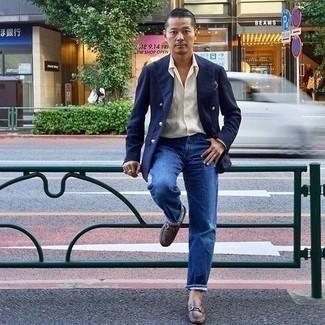 Comment porter des slippers en cuir marron: Harmonise un blazer croisé bleu marine avec un jean bleu pour prendre un verre après le travail. Transforme-toi en bête de mode et fais d'une paire de des slippers en cuir marron ton choix de souliers.
