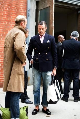Comment porter: blazer croisé bleu marine, chemise à manches longues rose, jean déchiré bleu, slippers en daim noirs