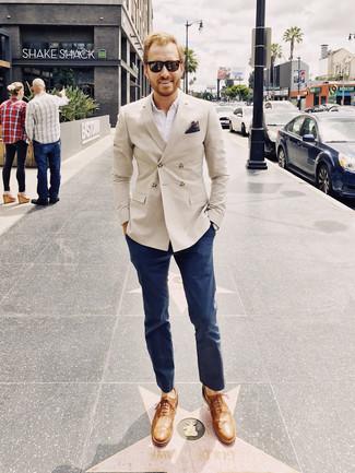 Comment porter: blazer croisé beige, chemise à manches longues blanche, pantalon chino bleu marine, chaussures richelieu en cuir marron clair