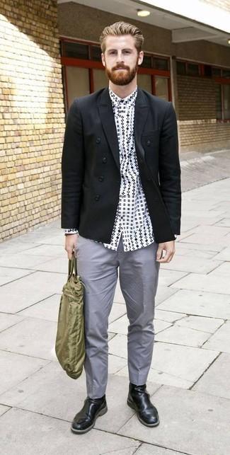 Comment porter: blazer croisé noir, chemise à manches longues imprimée blanche et noire, pantalon chino gris, bottines chelsea en cuir noires