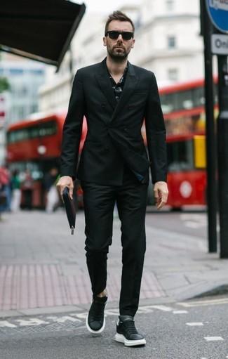 Comment porter: blazer croisé noir, chemise à manches longues imprimée noire, pantalon chino noir, baskets basses en cuir noires