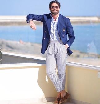 Comment porter: blazer croisé bleu marine, chemise à manches longues blanche, pantalon chino à rayures verticales bleu clair, mocassins à pampilles en daim marron