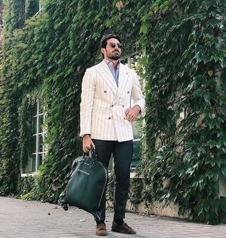 Comment porter: blazer croisé à rayures verticales beige, chemise à manches longues bleu clair, pantalon chino vert foncé, mocassins à pampilles en daim marron