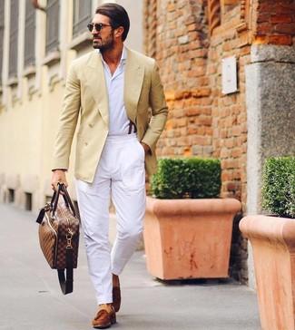 Comment porter: blazer croisé jaune, chemise à manches longues blanche, pantalon chino blanc, mocassins à pampilles en daim tabac