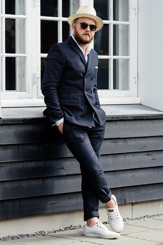 Comment porter: blazer croisé en laine gris foncé, chemise à manches longues blanche, pantalon chino en laine gris foncé, baskets basses en toile blanches