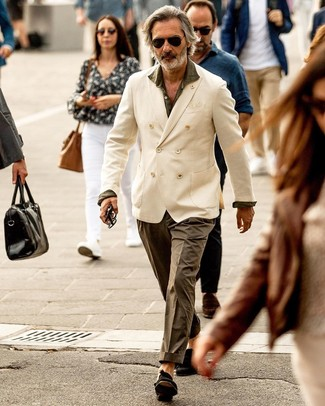 Comment porter: blazer croisé blanc, chemise à manches longues olive, pantalon chino olive, mocassins à pampilles en daim noirs