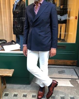 Comment porter: blazer croisé bleu marine, chemise à manches longues en vichy rouge et blanc, pantalon chino blanc, chaussures richelieu en cuir marron