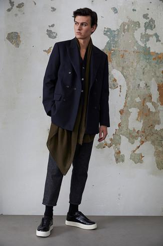 Comment porter une écharpe olive: La polyvalence d'un blazer croisé bleu marine et d'une écharpe olive en fait des pièces de valeur sûre. Complète ce look avec une paire de des baskets basses en cuir noires.